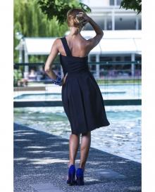Черна нежна рокля с една презрамка