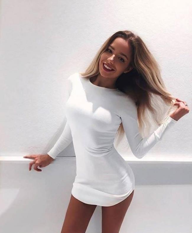 Бяла асиметрична рокля с дълъг ръкав