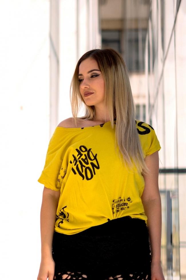 Тениска в цвят горчица с черни надписи