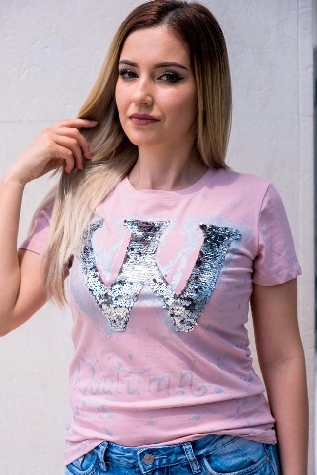"""Тениска в цвят пудра с пайети """"W"""" с втален дизайн"""