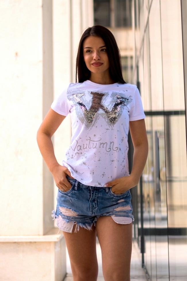 """Бяла тениска с пайети """"W"""" с втален дизайн"""